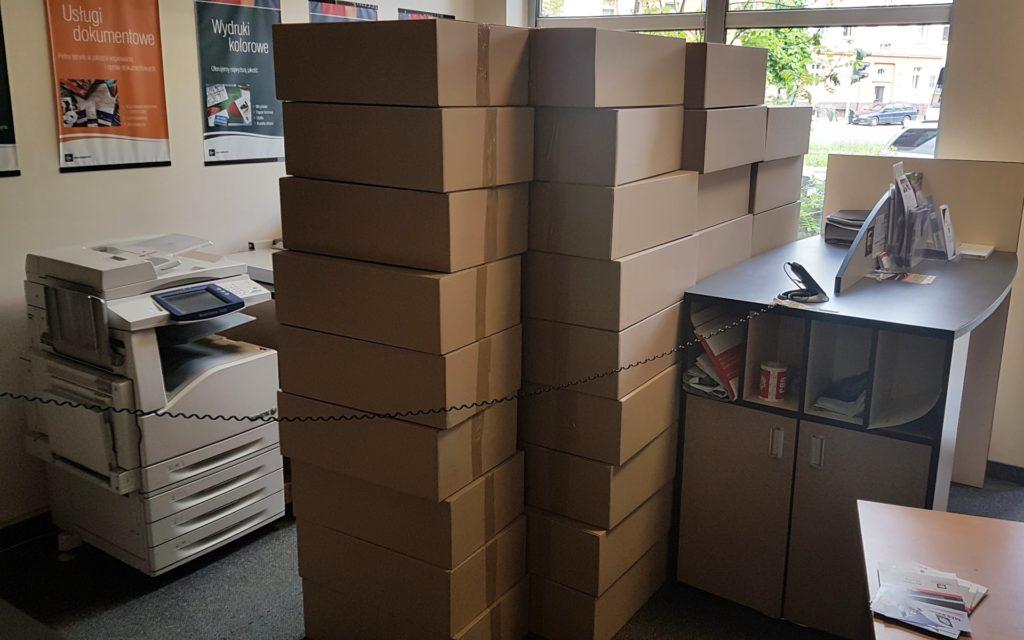 Wysyłka: spakowane 64 laptopy