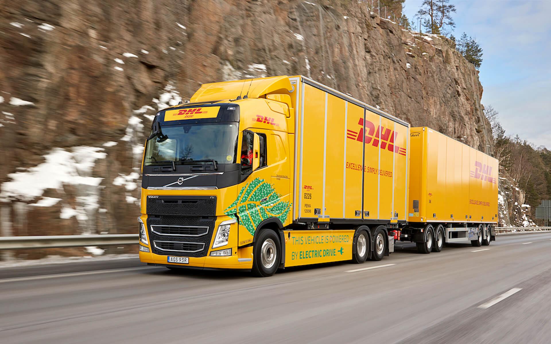 DHL samochód Volvo z przesyłkami